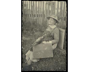 Zdenka Braunerová na cestách s paletou na zádech, kolem roku 1918, 14 x 9 cm