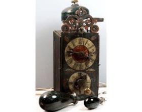 Celodřevěné hodiny s předním kyvadlem a původním skleněným závažím (2. pol. 18. století)