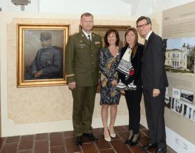 Autorka výstavy Marcela Šášinková s Isabellou Monzini v doprovodu francouzského velvyslance a náčelníka GŠ; Foto: SMR – A. Hůlka