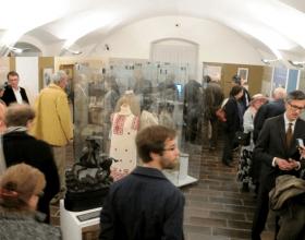 První návštěvníci výstavy krátce po vernisáži…; Foto: SMR – M. Uhlíková