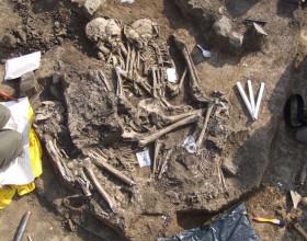 Odkryv hromadného pohřbu únětické kultury ve Velkých Přílepech.