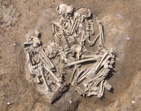 Hromadný pohřeb únětické kultury z Velkých Přílep.