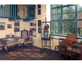 Interiér ateliéru vypadá, jako by malířka jen na chvíli odešla…