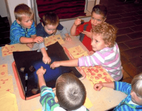 Tiskařskou barvířskou dílnu si už vyzkoušely třeba děti z MŠ v Úněticích