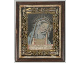 Devoční obrázek s Madonou z Landshutu, malba na papíru a textilní aplikace, po obvodu čtyři ostatky světců, výzdoba z dracounu, bulionu a sklíček, Bavorsko (Landshut ?), 2. polovina 18. století, 23,5 x 19 x 3,5 cm.
