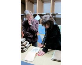 Isabellu Monzini v depozitáři roztockého muzea doprovázela historička Marcela Šášinková.