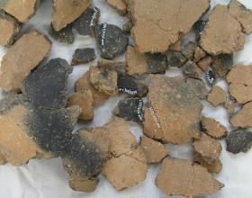 Nádoba s kulatým dnem, přelom neolitu a eneolitu – kultura lengyelská (4400 - 4300 př. n. l.) – stav před restaurováním.