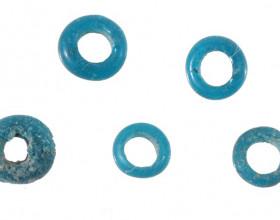 Skleněné korálky, mladší doba bronzová – kultura knovízská (1300 / 1200 - 1000 př. n. l.).