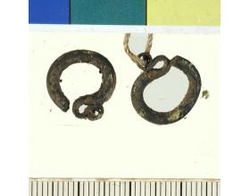 Stříbrné záušnice, období raného středověku. Stav před konzervací.