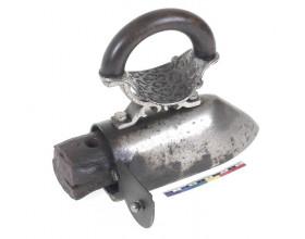 Krejčovská žehlička s vkládaným nahřívacím kovovým jádrem z druhé poloviny 19. století. Stav po konzervaci zviditelňuje povrchovou úpravu niklováním.