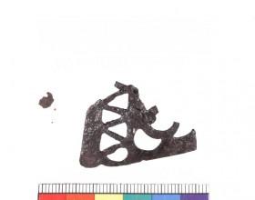 Fragment keltské železné opaskové zápony ze Statenic po konzervaci, při které bylo použito plazmochemické ošetření.