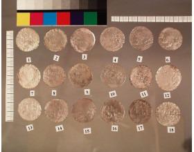 Stříbrné groše po konzervaci s použitím plazmochemického ošetření. Některé mince byly spojeny korozními produkty a tvořily sloupec mincí. Předměty s textilními zbytky nebo s otisky organických materiálů v korozních produktech, nejsou obvykle plazmochemicky ošetřovány.