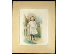 Děvče ve světlých šatech, tmavých punčochách a hnědých botách u bílého plůtku, fotografie kolorovaná v kartonové paspartě, foto: ing. J. Dědeček, v pravém dolním rohu signovaná: V. Jansa 1907 PRAHA